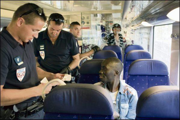 A la premiere gare du territoire français sur la ligne venant de Vintimille, celle de Menton Garavan, les policiers montent dans les rames et contrôlent aux facies, traquant les migrants clandestins pour les reconduire sur le territoire italien. ©Frédéric Lafargue